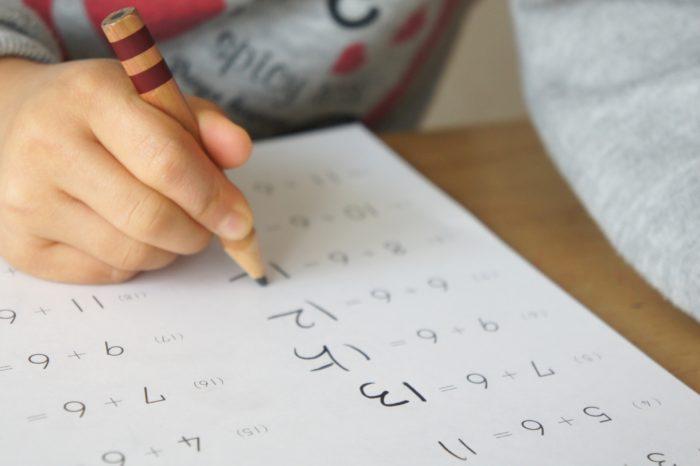 テスト勉強をする子ども
